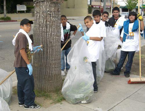 Cleaning up Ventura Blvd sidewalks.              Photos: Mike Zee